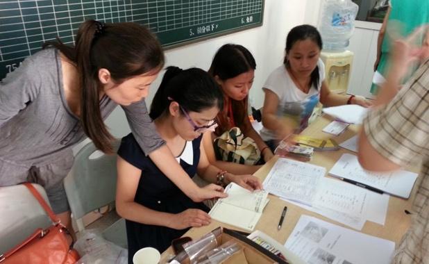 班主任老师为学员一一办理入营手续